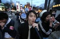 高校生らで作る団体「T-ns SOWL」が呼びかけた安保法制反対を訴えるデモ=東京都渋谷区で2016年2月21日午後5時38分、後藤由耶撮影