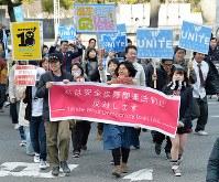 安全保障関連法に反対し、「T-ns SOWL west」の高校生らを先頭にして行われたデモ行進=大阪市北区で2016年2月21日午後2時2分、加古信志撮影