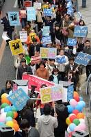 安全保障関連法に反対し、「T-ns SOWL west」の高校生らを先頭にして行われたデモ行進=大阪市北区で2016年2月21日午後2時28分、加古信志撮影