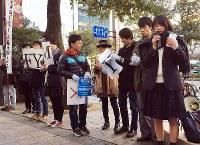 制服姿の高校生らも参加した街頭での安保法制抗議活動=福岡市中央区天神で2016年2月21日午後4時2分、山下恭二撮影