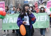 「集団的自衛権はいらない」などと声を上げるせいなさん(中央)に続き、デモ行進する参加者=仙台市青葉区で2016年2月21日午後2時19分、本橋敦子撮影