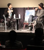 「野火」の製作秘話を語る塚本晋也監督(左)=水戸市大工町の「VOICE」で