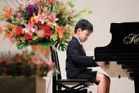 ピアノの発表会で「ティロリアンヌ」を弾く斎藤佑星くん。緊張していたが最後までやり遂げた。この日、佑星君を見守ったのは祝福の花束だった=宮城県東松島市で2015年11月22日、梅村直承撮影