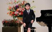 ピアノの発表会で「ティロリアンヌ」を弾いた斎藤佑星くん。緊張していたが最後までやり遂げた。この日、佑星君を見守ったのは祝福の花束だった=宮城県東松島市で2015年11月22日、梅村直承撮影