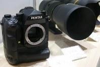 ペンタックス初のフルサイズデジタル一眼「K-1」=パシフィコ横浜のCP+2016会場で2016年2月25日、小座野容斉撮影