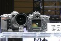 ニコンのフラッグシップ機「D5」=パシフィコ横浜のCP+2016会場で2016年2月25日、小座野容斉撮影
