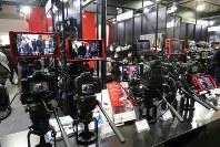 一眼カメラを使った動画撮影機材の展示。専用モニターを接続して撮影している=パシフィコ横浜のCP+2016会場で2016年2月25日、小座野容斉撮影