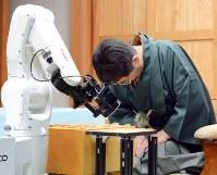 ソフトとの対局に敗れ、頭を下げる将棋棋士。囲碁界にも間もなく、この日が到来するか=神奈川県小田原市で2014年4月5日