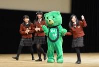アイドルユニット「制服向上委員会」のメンバーと脱原発ゆるキャラの「ゼロノミクマ」=青森市のリンクステーションホール青森で
