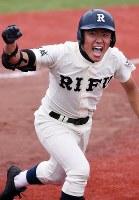 七回裏無死一塁、代打で登場して中前打を放ちガッツポーズしながら一塁に走る利府高校野球部の高橋禎希さん(18)。利府は4点を追う九回に1点差まで追い上げるも、あと一歩及ばなかった。南三陸町の防災対策庁舎で津波に流され、今も行方がわからない父・文禎さん(当時43歳)に教わり始めた野球。最後の試合を終えた後、禎希さんは「やりきった」とすがすがしい表情を見せた。4月には関東の大学へ進学し、得意の英語を専攻する。いずれは南三陸町に戻り、子供たちに野球を教えることも夢の一つだ。しかし、故郷は若者を中心に人口流出が続き、少年野球チームを成立させるのもぎりぎりの状態。将来、町へ戻るか、否か。「今はまだわからない」=宮城県石巻市の石巻市民球場で2015年7月17日、喜屋武真之介撮影