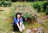 東日本大震災の前年、3人でバラ祭りに行ったときに撮影した大久保真希さんの写真。母恵子さんは「いつもは写真を嫌がるけど、この日はたまたま撮らせてくれたの」と話す=大久保夫妻提供