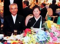 親族の結婚式での永沼梅夫さん(左)と妻千鶴子さん。「しっかり者のすばらしい奥さんだった」=2010年11月