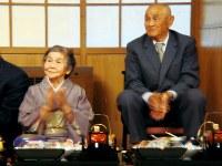 親族が集まるお祝いの席での父梅人さん(右)と母禮子さん=2010年10月10日