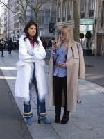 パリコレ5日目、アクネストゥディオスのショーに来ていた2人=パリ市内で2016年3月5日、野村房代撮影