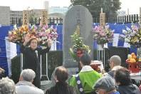 一昨年の「時忘れじの集い」の模様。慰霊碑「哀しみの東京大空襲」前で、自身の戦争体験を語る海老名香葉子さん=2014年3月9日撮影
