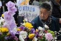 東京大空襲の犠牲者を追悼するため東京都慰霊堂で花を手向ける女性=東京都墨田区で2016年3月10日午前9時19分、後藤由耶撮影
