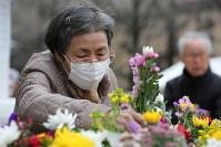 東京大空襲の犠牲者を追悼するため東京都慰霊堂で供花する女性=東京都墨田区で2016年3月10日午前8時26分、後藤由耶撮影