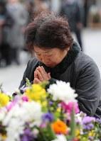 東京大空襲の犠牲者を追悼するため東京都慰霊堂で手を合わせる女性=東京都墨田区で2016年3月10日午前8時54分、後藤由耶撮影