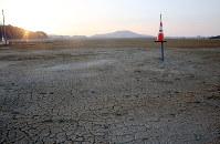 朝日が降り注ぐかさ上げされた土地=岩手県陸前高田市で2016年3月11日午前6時13分、小川昌宏撮影