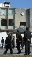黙とうをささげるため旧大槌町役場を訪れる職員ら=岩手県大槌町で2016年3月11日午前7時54分、和田大典撮影