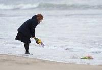 壊滅的な被害を受けた荒浜地区では花束などを手に慰霊する人たちが多く訪れた=仙台市若林区で2016年3月11日午後2時35分、佐々木順一撮影