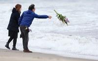 壊滅的な被害を受けた荒浜地区では花束などを手に慰霊する人たちが多く訪れた=仙台市若林区で2016年3月11日午後2時19分、佐々木順一撮影