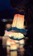 岩手県山田町であった東日本大震災の追悼イベントでは津波で行方不明になった人へのメッセージなどが書かれた灯籠(とうろう)が海に流された=岩手県山田町で2016年3月11日午後6時14分、和田大典撮影