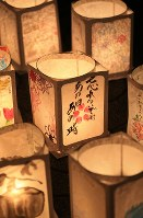 並べられた絵灯籠には様々なメッセージが書かれていた=宮城県名取市で2016年3月11日午後6時44分、佐々木順一撮影