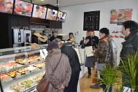 プレオープンした観光交流センターのカフェ=北斗市で