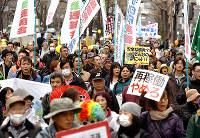 反原発を訴え、御堂筋を行進する人たち=大阪市中央区で2016年3月13日午後4時6分、久保玲撮影