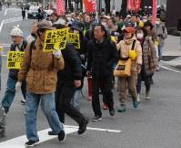 原発反対を訴えデモ行進する参加者=高崎市高松町で
