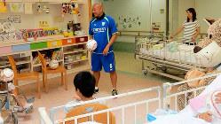 病院を慰問し、小児がんの子供たちとボールで遊ぶ久光さん=本人提供