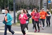 皇居ランに楽しく挑戦するKDDI主催のランイベントの参加者たち=千代田区霞が関の桜田門交差点近くで