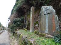 国道(左下)の上の開削記念碑などが建つ道が、いにしえの竹内峠=大阪府太子町で、松井宏員撮影