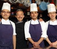 谷昇シェフ(左から2人目)とスタッフたち