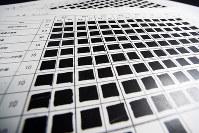 委員別の点数が全て黒塗りで開示された新国立競技場の審査結果一覧=2016年3月24日、喜屋武真之介撮影