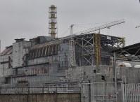 爆発事故が起きたチェルノブイリ原発4号機。現在はコンクリート製の「石棺」で覆われている=先月10日、真野森作撮影
