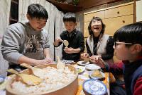 中国から訪れた子どもたちと一緒にいなりずしを作るホスト役の石田易久子さん(右から2人目)=奈良県明日香村で2月2日、幾島健太郎撮影
