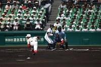 【高松商―智弁学園】始まった第88回選抜高校野球大会の決勝=阪神甲子園球場で2016年3月31日、猪飼健史撮影