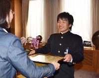 伊東香織市長(左)から表彰状を受け取る稲垣拓己さん=岡山県倉敷市役所で、小林一彦撮影