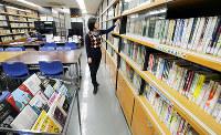 舞台芸術関連の書籍が並ぶピッコロシアター資料室=兵庫県尼崎市で、貝塚太一撮影
