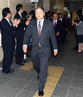 県職員に拍手で送られて、宮城県に出発する職員たち=兵庫県庁で、井上元宏撮影