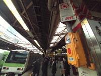 JR山手線新宿駅に設置された非常停止ボタン。押すと電車は自動的に緊急停止する=8日、高橋昌紀撮影