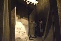 再現された独房。高さ4.5メートルのコンクリートがそそり立つ。白く見えるのは雪=草津町の重監房資料館で