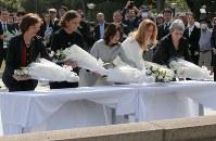 原爆慰霊碑に献花する(左から)フランスのブリジット・エローさん、イタリアのエマヌエラ・マウロ・ジェンティローニさん、岸田裕子さん、英国のスーザン・ハモンドさん、カナダのジャニン・クリーバーさん=広島市中区の平和記念公園で2016年4月10日、代表撮影