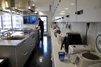 共同のキッチンは各階にあり、自炊ができる=東京都中野区の早稲田大学「国際学生寮WISH」で