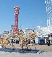 「神戸ビエンナーレ2013」で、港に面した広場に展示された作品。奥はコンテナを利用した公募展会場=神戸市中央区で、渡辺暢撮影