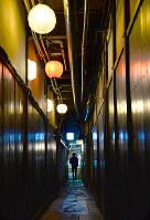 先斗町通から東西に延びる路地。ちょうちんの明かりが幻想的な宵の風景をつくり出す=京都市中京区で、小松雄介撮影