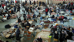 東日本大震災で被災した大勢の人が身を寄せる避難所=岩手県陸前高田市で2011年3月13日、小川昌宏撮影