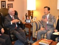 米有力議員(左)と会談する公明党の山口那津男代表。集団的自衛権問題を巡る米側の考えを探った=ワシントンで2013年9月10日、福岡静哉撮影